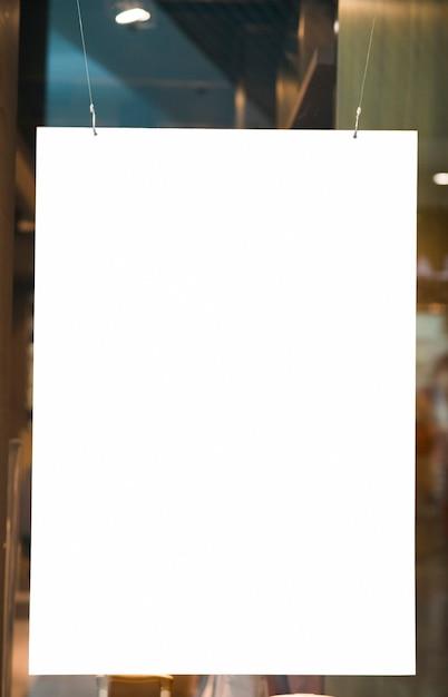 Cartellone spazio vuoto appeso verticale Foto Gratuite