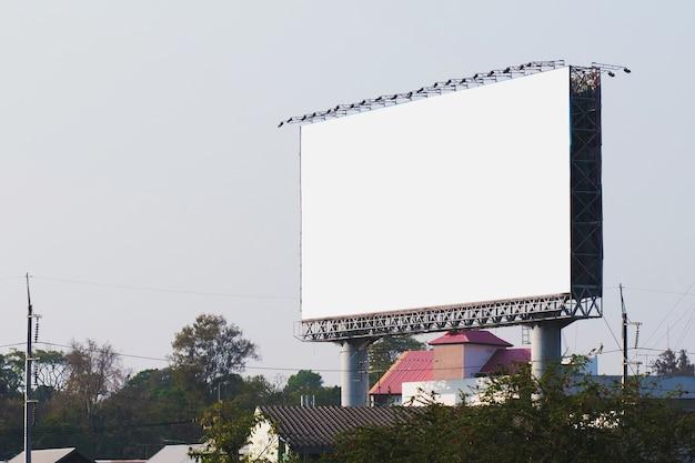 Cartelloni vuoti in città con lo sfondo del cielo blu Foto Premium