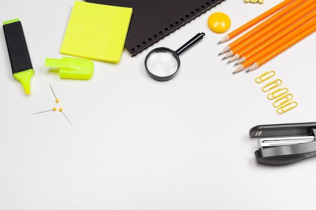 Cartoleria della scuola su bianco Foto Premium