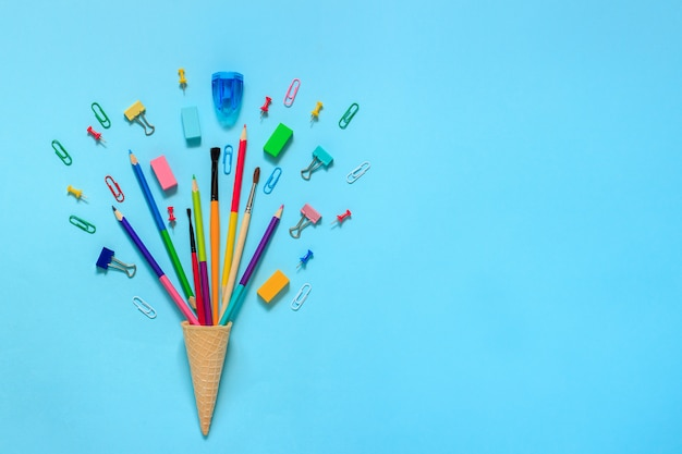 Cartoleria matite pennello paperclip in cialda gelato cono Foto Premium