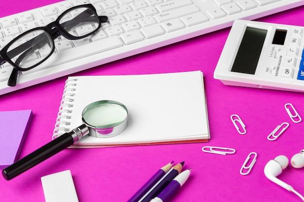 Cartoleria scuola su uno sfondo rosa. rifornimenti creativi di ritorno a scuola Foto Premium