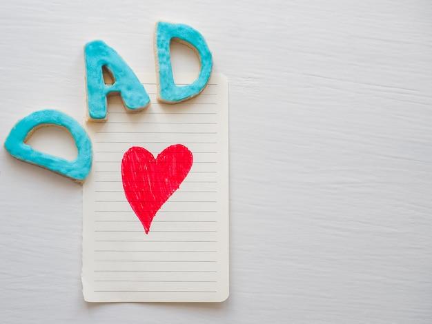 Cartolina con cuore rosso dipinto e parola papà Foto Premium