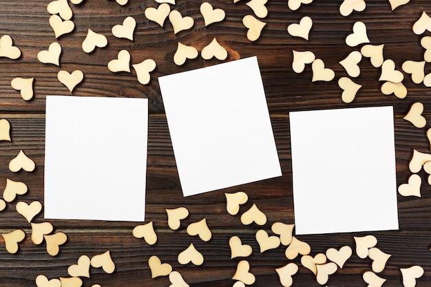 Cartolina d'auguri con i cuori su un vecchio fondo di legno. san valentino Foto Premium