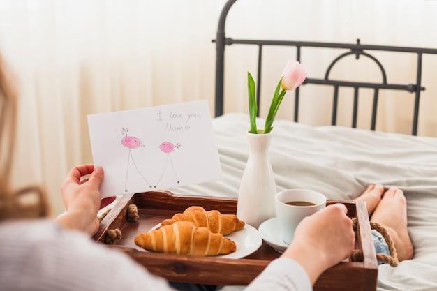 Cartolina d'auguri della holding della donna con ti amo l'iscrizione della mamma Foto Gratuite