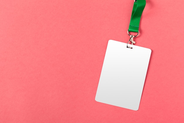 Cartolina d'auguri o etichetta in bianco su superficie rosa Foto Premium