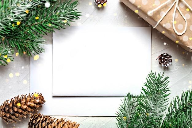 Cartolina e rami di un albero di natale Foto Premium