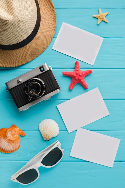 Cartoline piatte laici con il concetto di vacanza estiva Foto Gratuite