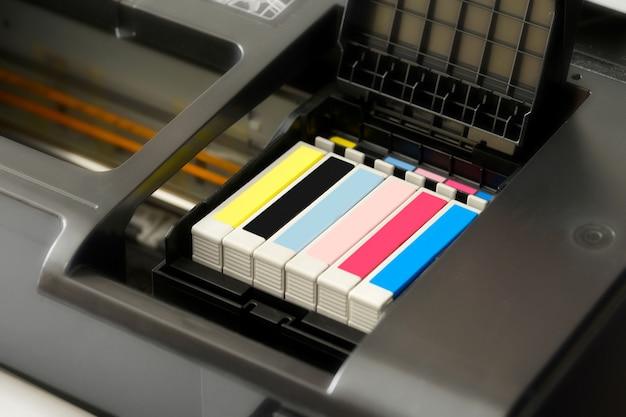 Cartucce d'inchiostro in una stampante Foto Premium