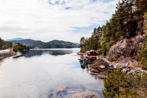 Casa ai margini del lago idilliaco Foto Gratuite