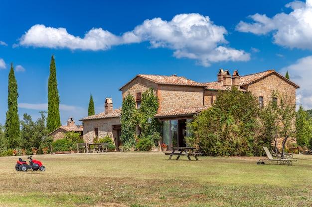 Casa con mattoni a vista nella campagna della toscana, italia. Foto Premium