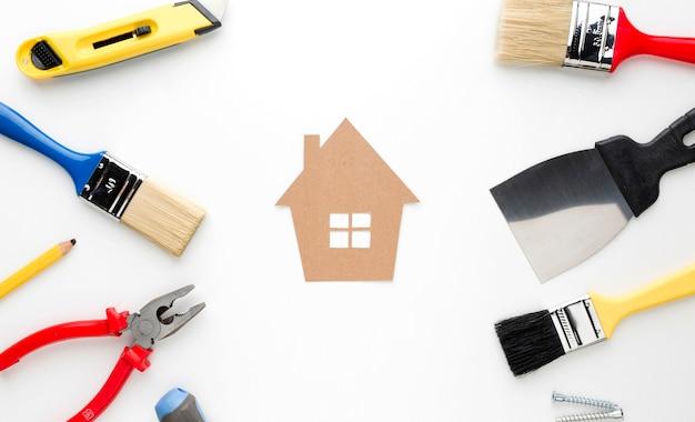 Casa di cartone con riparazione e pennelli Foto Gratuite
