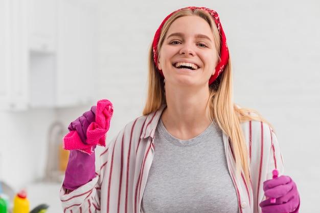 Casa di pulizia della donna di smiley Foto Gratuite