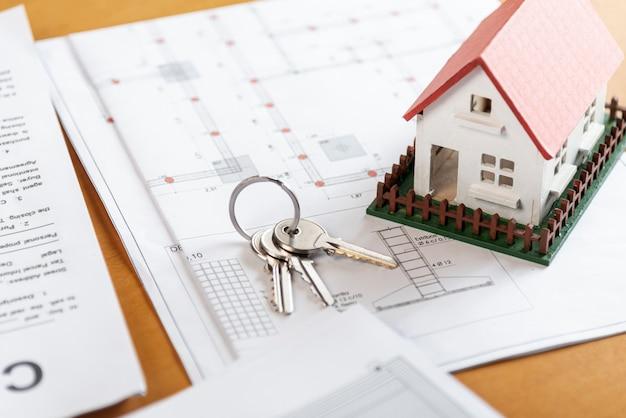Casa e chiavi del modello del giocattolo di alta vista Foto Gratuite