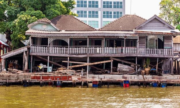 Casa e lo stile di vita dei tailandesi accanto al fiume chao phraya Foto Premium