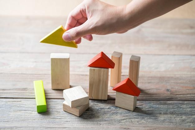 Casa in legno e concetto di edilizia abitativa Foto Premium