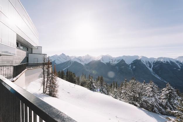 Casa in montagne innevate Foto Gratuite