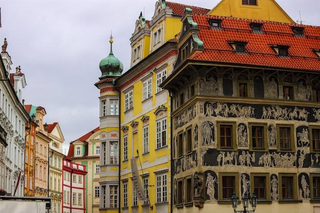 Casa rinascimentale al minuto decorata con tecnica di grafite, piazza della città vecchia, praga, repubblica ceca. Foto Premium