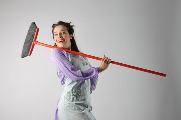 Casalinga felice con una scopa Foto Premium