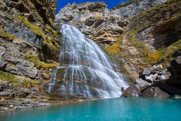 Cascada cola de caballo alla valle pirenei spagna di ordesa Foto Premium
