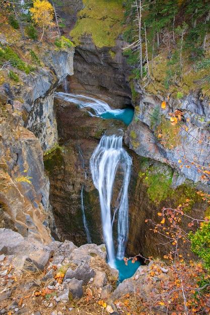 Cascada del estrecho cascata nella valle pirenei spagna ordesa Foto Premium