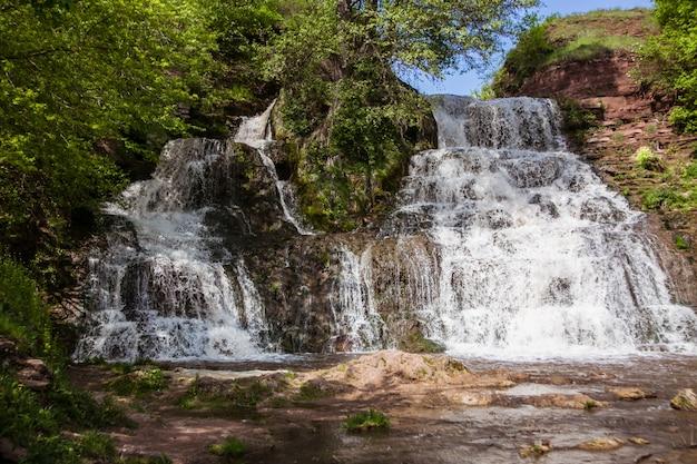 Cascata chervonograd nella regione di ternopil, ucraina Foto Premium