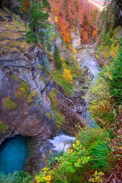 Cascata del fiume di arazas in valle pirenei huesca spagna di ordesa Foto Premium