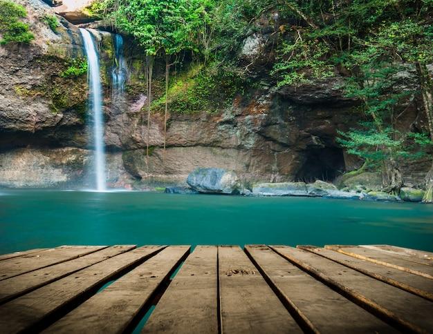 Cascata del thad di haew unione sovietica con il tunnel al parco nazionale di khao yai, tailandia Foto Premium