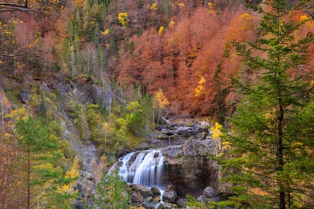 Cascata di cascade de arripas nella valle di ordesa pirenei huesca Foto Premium