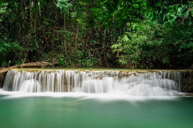 Cascata di huai mae khamin alla foresta pluviale tropicale profonda nella diga di srinakarin, parco nazionale in tailandia Foto Premium
