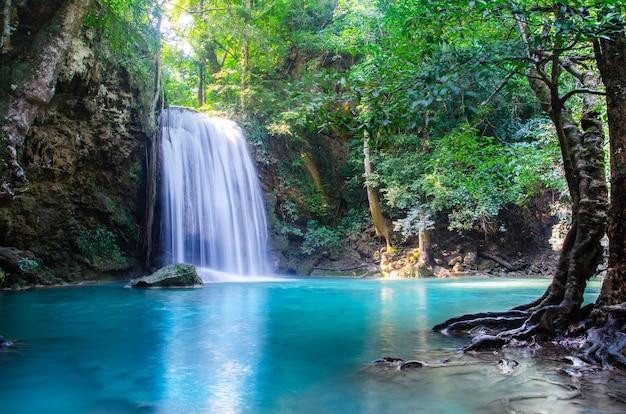 Cascata nella foresta profonda, tailandia Foto Premium