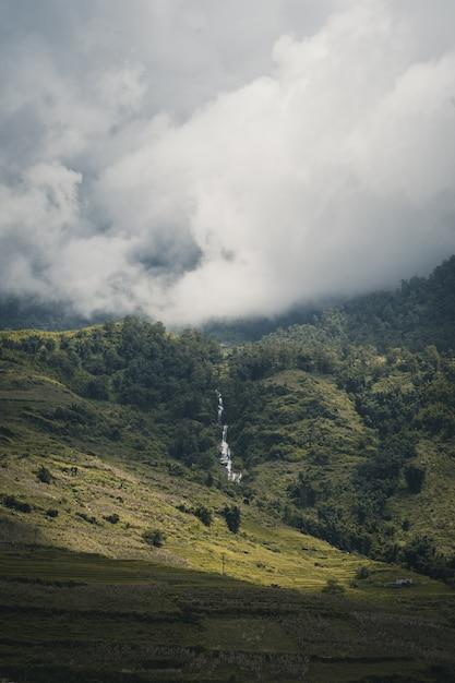 Cascata nella parte superiore della montagna sa pa vietnam Foto Premium