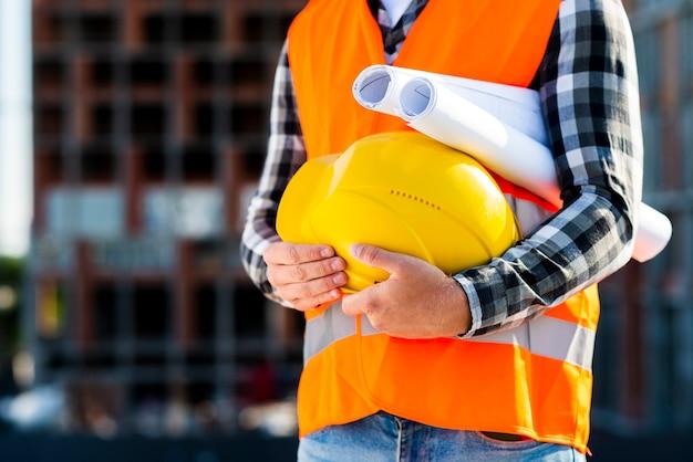 Casco della holding dell'ingegnere di costruzione del primo piano Foto Gratuite