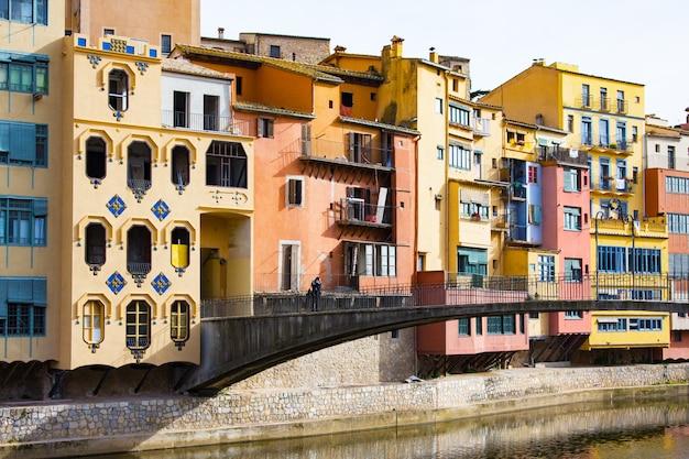 Case colorate di girona nel centro della città e l'argine del fiume onyar Foto Premium