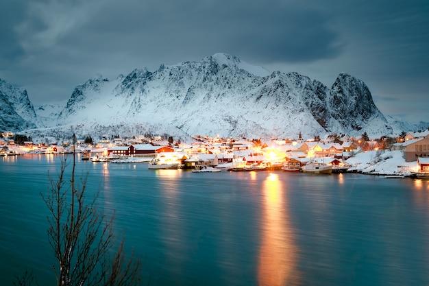 Case di inverno sull'oceano di notte Foto Premium