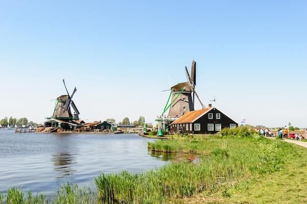 Case tradizionali del villaggio olandese a zaanse schans, paesi bassi Foto Premium