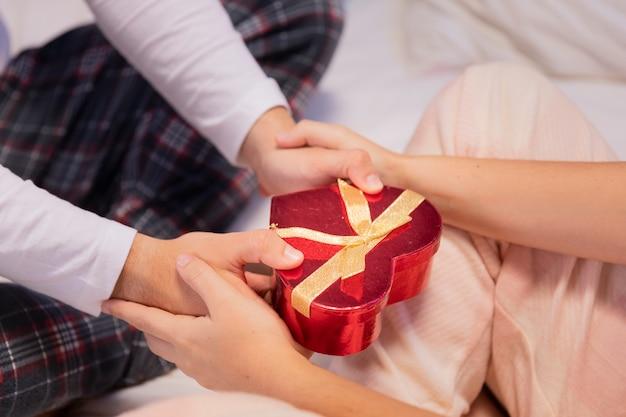 Casella presente dei biglietti di s. valentino del primo piano Foto Gratuite