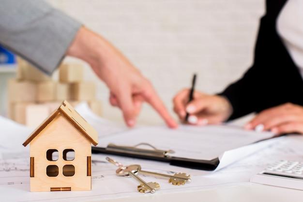 Casetta in legno marrone con chiavi Foto Gratuite