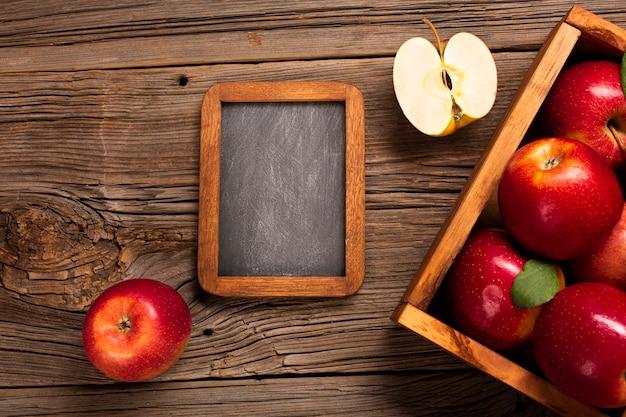 Cassa piatta con mele mature con lavagna Foto Gratuite