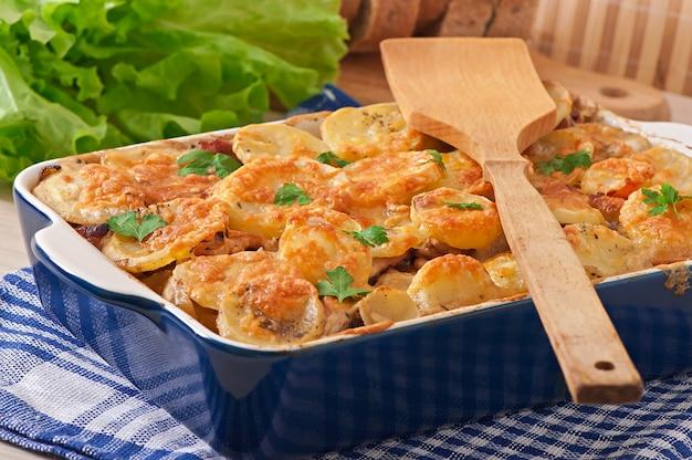 Casseruola di patate con carne e funghi con crosta di formaggio Foto Gratuite