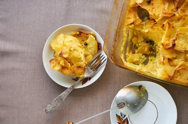 Casseruola di patate in una forma di vetro Foto Premium