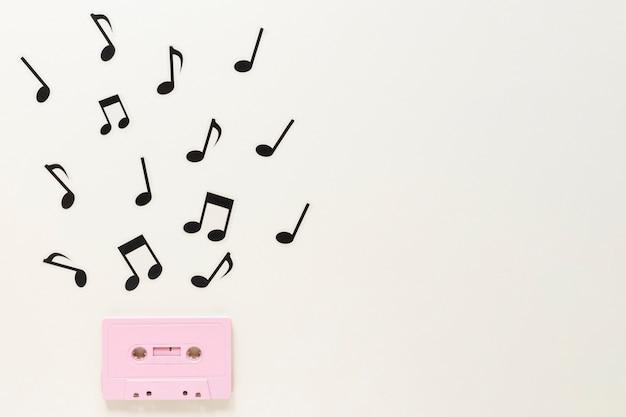 Cassetta audio piatta con note musicali Foto Gratuite