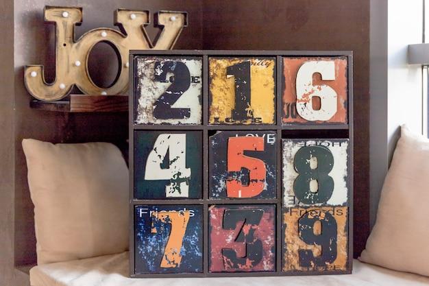 Cassetti in legno vecchio vintage con numero Foto Premium