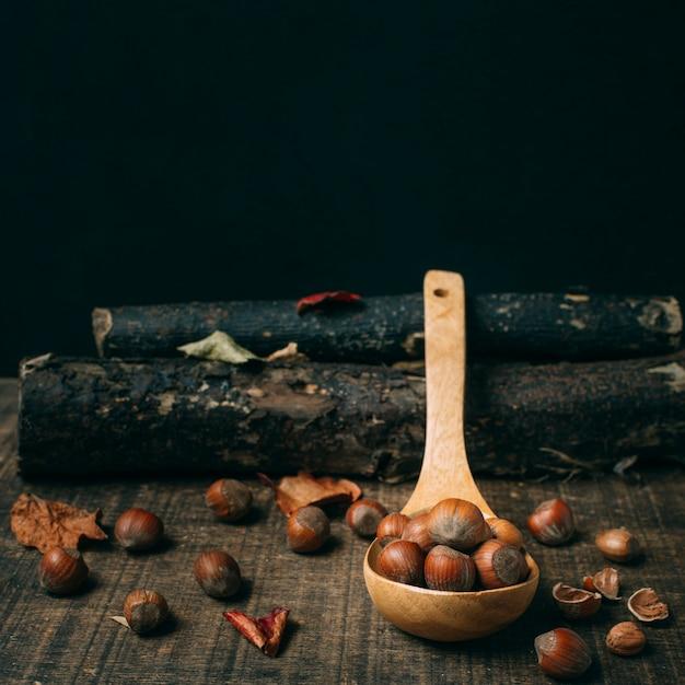 Castagne close-up in un cucchiaio Foto Gratuite
