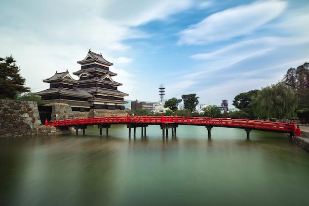 Castello di matsumoto contro cielo blu nella città di nagono, giappone Foto Premium