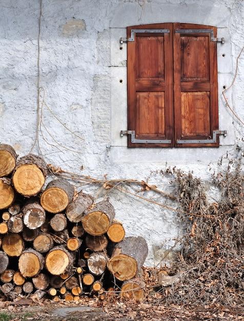 Catasta di legna e cottage Foto Premium