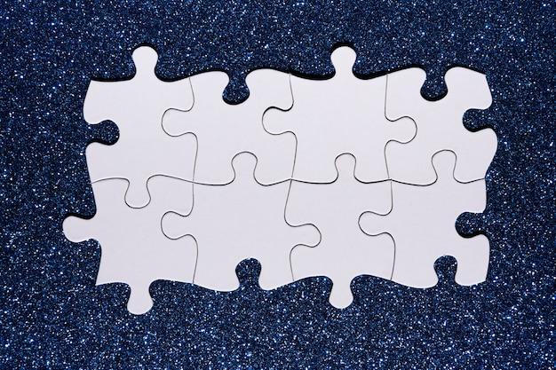 Catena di puzzle bianca su sfondo blu glitter Foto Gratuite
