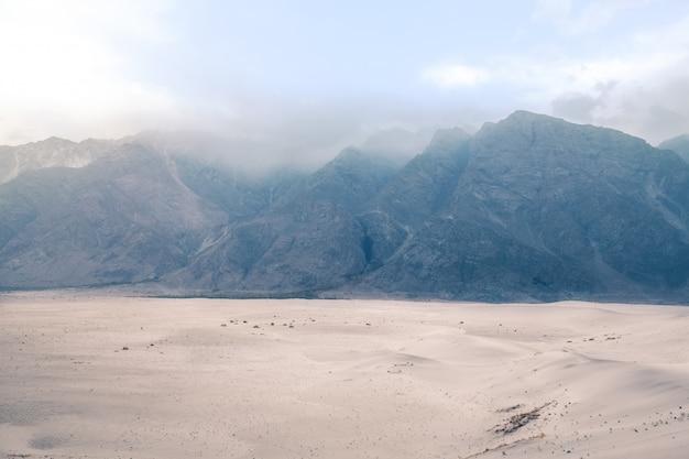 Catena montuosa nella nebbia. katpana cold desert at sarfaranga, skardu. gilgit baltistan, pakistan. Foto Premium