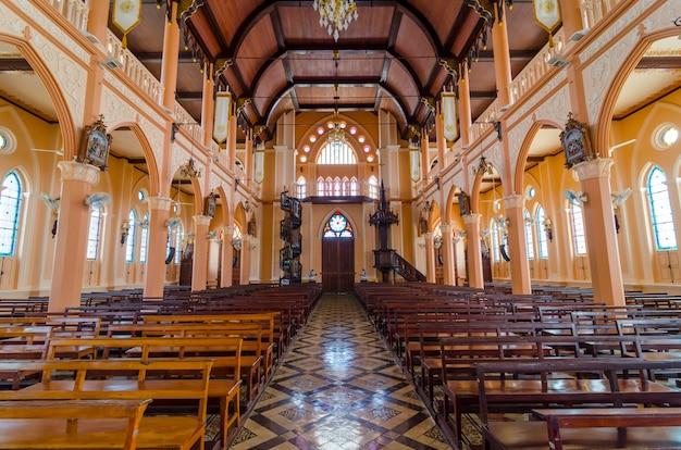Cattedrale cattolica interna Foto Premium