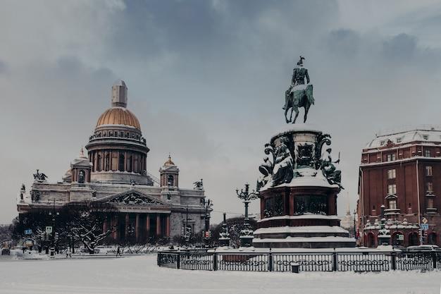 Cattedrale e monumento del `s di st isaac a nicola i a san pietroburgo, russia, coperta di neve Foto Premium