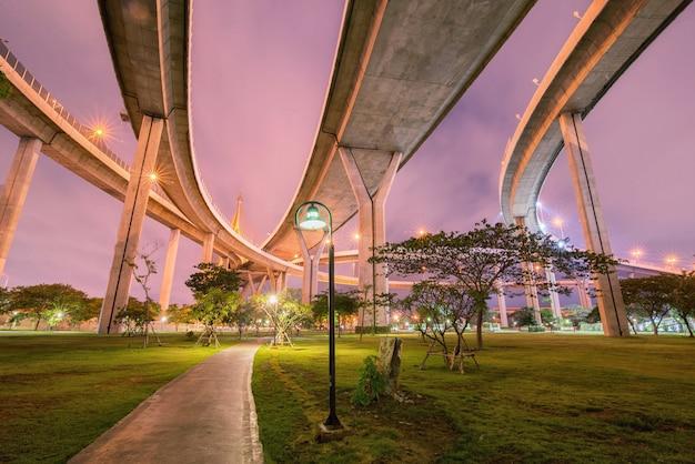 Cavalcavia dell'autostrada in cemento Foto Premium